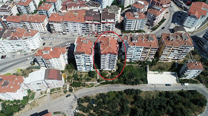 Olay yerine polisin yanı sıra Mudanya Belediyesine bağlı teknik ekipler geldi. İncelemede, 23 daireli apartmanın zemin katındaki kolonun patladığı belirlendi.