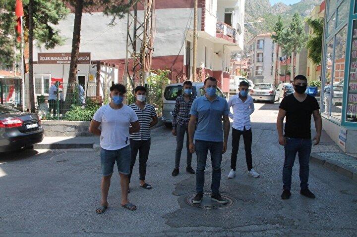 Mahallede kaçacak olan kurbanlıkları yakalamak için zinde kalarak Kurban Bayramına hazırlanıyorlar.