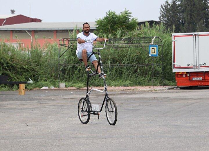 """Uçakların fren sisteminden de esinlenerek bisiklete fren yapan Yaşar Demir, bisikletin sürüşünü daha da güvenli hale getirdi. Demir, """"İnsanlar beni görünce kaza yapacaklar diye sürekli baktıkları için korkuyorum, dışarı çıkmıyorum"""" dedi."""