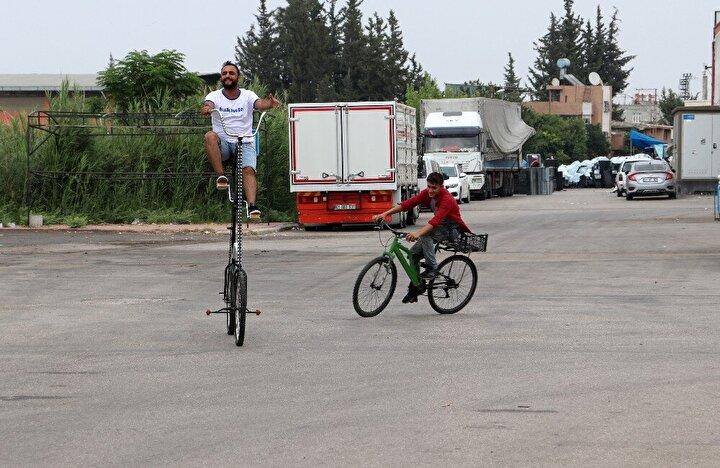 """Yaşar Demir, 13 yıldır bisiklet tasarladığını söyleyerek, """"2007 yılından bu yana sıra dışı bisikletler yapıyorum. 20 veya 30 çeşit bisiklet tasarladım. Birçok sinema filminde, müzik kliplerinde bisikletlerim kullanıldı. Fatih Ucum, Gökhan Türkmen gibi sanatçıların klibinde kullanıldı. Derya Şensoy, Burak Tozkoparan gibi ünlülerin sinema filmlerinde bisikletlerim kullanıldı"""" diye konuştu."""