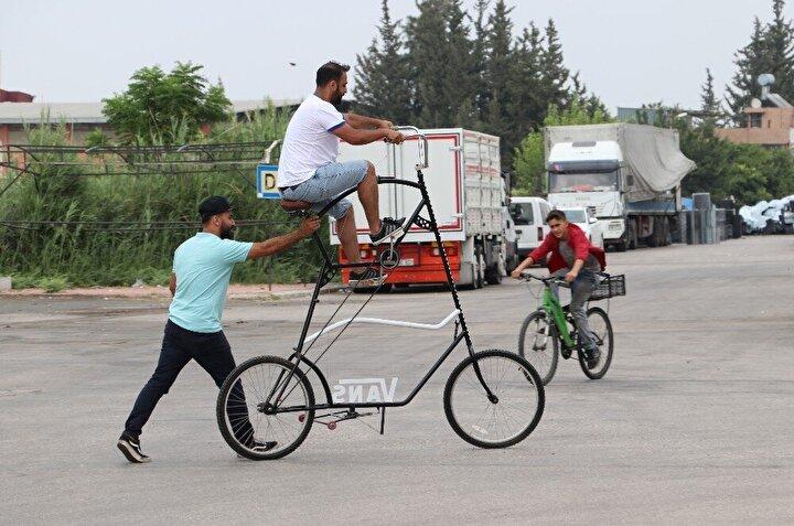 """Pandemi döneminde bisikleti tasarlaması ve hayata geçirmesinin kendisine avantaj kattığını belirten Yaşar Demir, """"Pandemi sırasında atölyeme kapandım bunu yapmaya başladım. Hem insanlarla mesafemi korumak için hem de korona virüsten korunmak için bunu yaptım. Adını da koronasiklet koydum. Pandemi sırasında güzel bir gelişme oldu"""" şeklinde konuştu."""