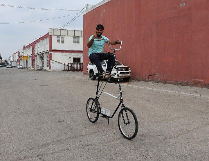 Arkadaşlarıyla fikir alışverişinde bulunan Demir, hem ilgi çekmek hem de sosyal mesafeyi korumak için 2 buçuk metre yüksekliğinde bisiklet tasarladı.