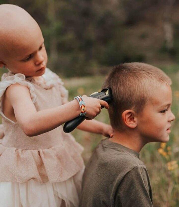 Lulanın ağabeyi Kohen, kız kardeşinin saçları kesilirken tek başına olmasını istemedi ve o da saçlarını kesti.