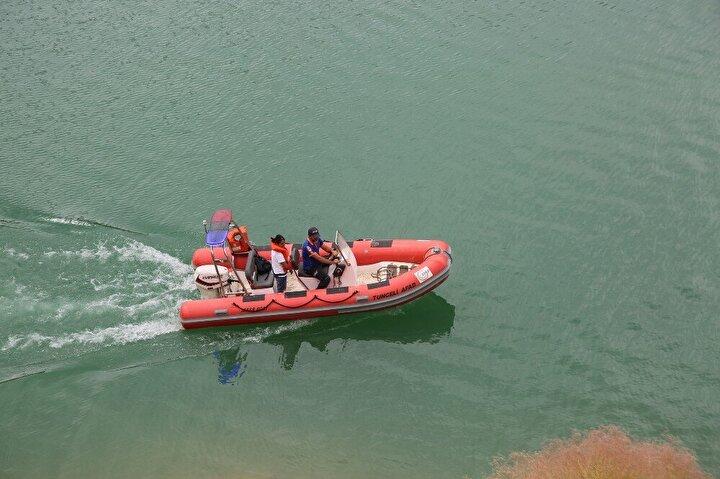 Çalışmalar kapsamında kodu düşürülmeye başlanan Uzunçayır Baraj Gölü'nde AFAD ekipleri tarafından botla su üstü ve kıyı taramaları gerçekleştiriliyor.