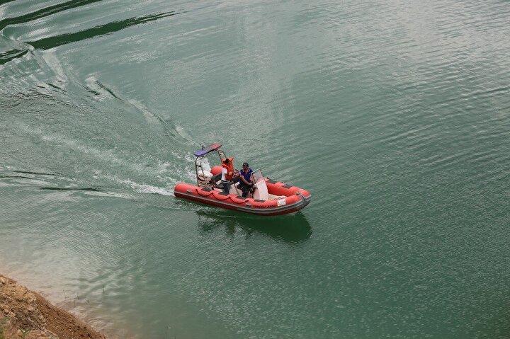 Su kodunun yaklaşık 8 metre düşmeye başladığı baraj gölündeki çalışmaları kayıp Gülistan'ın Ablası Aygül Doku da takip ediyor.