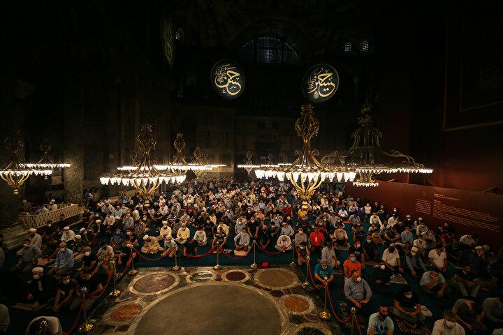 Camide, namaz öncesi ve sonrası dualar edildi, tekbirler ve salavatlar getirildi.