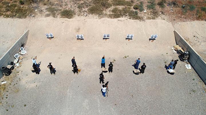 Antalya Emniyet Müdürlüğünde görevli polis memurları, atış alanında zorlu eğitimlerden geçerek hedefi 12den vurmak için ter döküyor. Özel oluşturulan 14 kişilik ekip tarafından verilen eğitimde polisler hem kendi tabancaları hem de uzun namlu silahlarla eğitim alıyor.