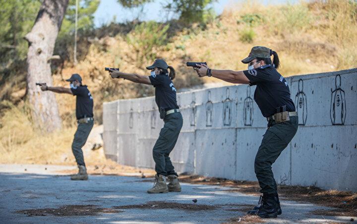 Alanda eğitim veren polis memuru Gökçe Öz, sağlık kriterlerinin atış eğitimi süresince üst seviyede tutulduğunu söyledi.