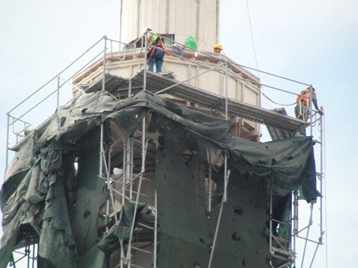 Caminin dışında ise 61 metre yüksekliğindeki 2 minarenin taş kaplaması için iskele kuruldu.