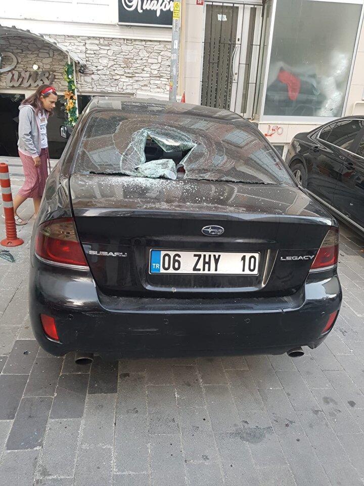 Ellerine tahta alan saldırganlar kuaför dükkanı ile arabaya hasar verdi.