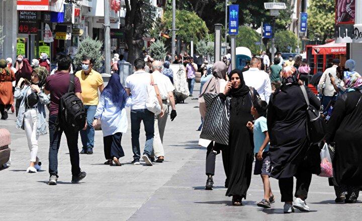 Buna rağmen kent merkezindeki en işlek noktalardan biri olan Zafer Meydanında birçok kişinin maske takmadığı, maskesini çenesine kadar indirdiği ve sosyal mesafe kuralına uyulmadığı görüldü.