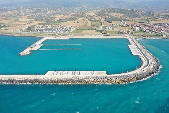Akdeniz kıyısında yer alan, yeşille mavinin buluştuğu Arsuz ilçesinde Hatay Valiliği ve Doğu Akdeniz Kalkınma Ajansı (DOĞAKA) iş birliğiyle inşa edilen kentin ilk yat limanı ve Su Sporları Merkezinin büyük bir kısmı tamamlandı.