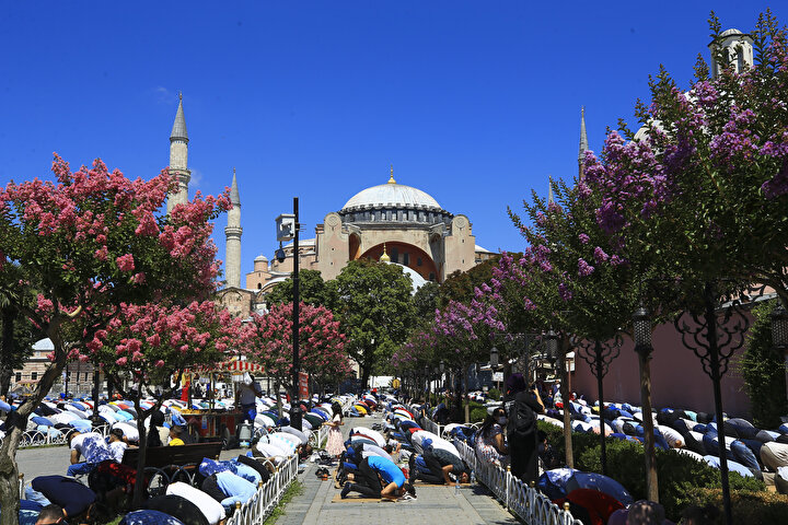 Vatandaşlar camide de namaz kılıp, dualar etti. Bazı ziyaretçiler de cep telefonlarıyla hatıra fotoğrafları çekti. Vatandaşların yanı sıra kafileler halinde Sultanahmete gelen turistler de rehberler eşliğinde Ayasofya-i Kebir Cami-i Şerifini ziyaret etti.