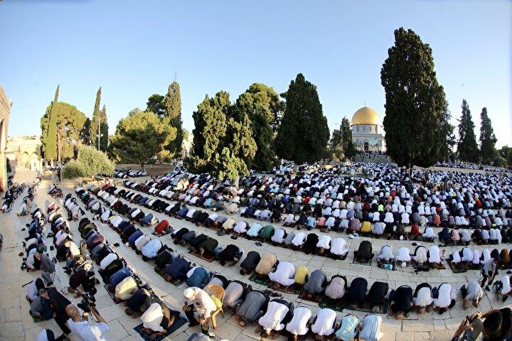 Kuran-ı Kerim tilaveti ve teşrik tekbirleriyle bayram namazına kadar Mescid-i Aksada bekleyen on binlerce Müslüman, namazdan sonra okunan bayram hutbesini dinledi.