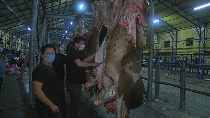 Askıda kurbanlarını gören vatandaşlar hayvanların etlerini kendileri kesmeye çalıştı. Kurban kesimi için vatandaşların bin 250 lira ödeme yaptıkları öğrenildi.