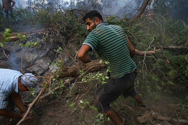 Türkiyenin kucak açtığı Suriyelilerden Hasan el-Hasan, İzmirin Menderes ilçesindeki yangını kontrol altına almak için gönülden çalıştı.