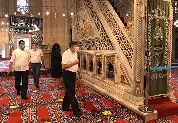 Büyükelçi Satterfield, cami hakkında kendilerine eşlik eden İl Kültür ve Turizm Müdürü Kemal Soytürke sık sık soru sordu, bilgi aldı.