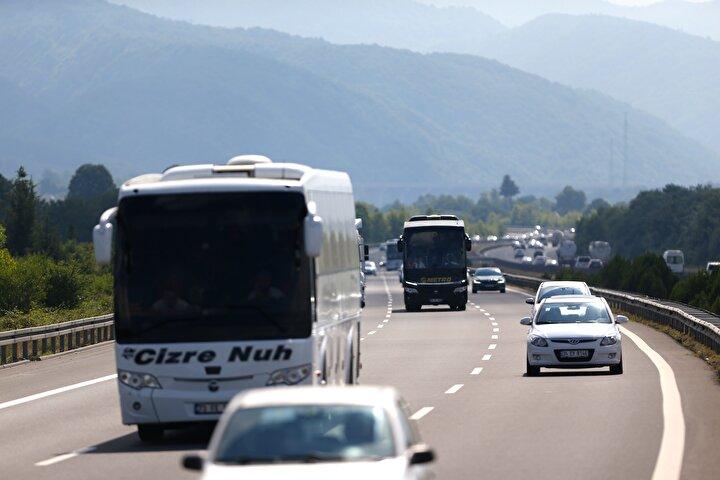 Ulaşımda aksama gözlenmeyen güzergahta görev yapan trafik ekipleri, sürücüleri takip mesafesini korumaları ve hız yapmamaları konusunda uyarıyor.