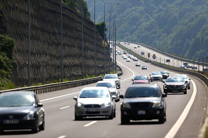 Otoyolun Bolu kesiminde ise Gerede-Karadeniz bağlantı yolu, Yeniçağa ve Köroğlu rampaları, Abant ve Elmalık mevkisi ile Bolu Dağı Tünelinde dönüşe geçen tatilciler nedeniyle trafiğin normalin üzerinde olduğu görüldü.