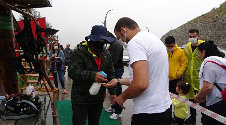 Koronavirüs nedeniyle bu yıl körfez ülkelerinden ziyaretçilerin gelemediği yayla, yerli turistlere kaldı. Yağmurlu ve sisli havaya aldırış etmeyenler, yaylanın temiz havasını soludu.