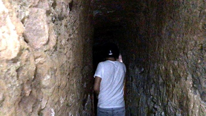 Yer altında çok fazla tünel olduğunu dile getiren İl Kültür ve Turizm Müdürü Hikmet Tosun, Tünelin giriş ağzını meydana çıkardık. Daha önce de tünelin içine girmiştik. Arkeologlarımız da belli bir mesafeye kadar yürüdüler. Mitridat'lar döneminde yapıldığı tahmin edilen ve bir kişinin yürüyebileceği bir alan var...