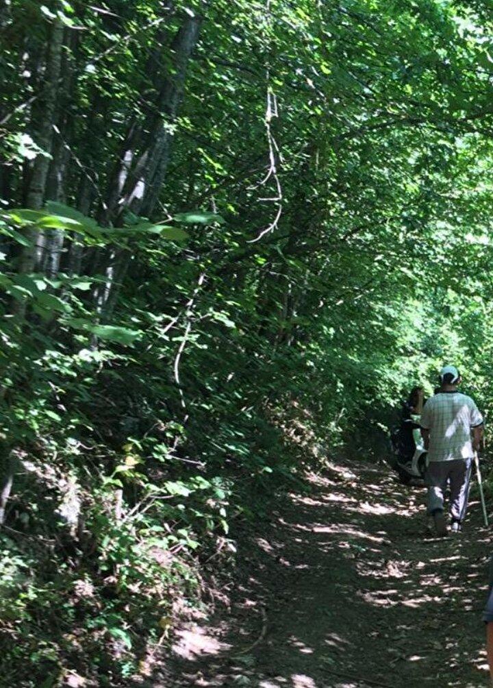 Mahalleye 5 kilometre uzaklıkta rastlanılan boğa, vatandaşları görünce yeniden kaçmaya başladı ve o esnada ormanlık alandaki motosikletli gençlere çarptı.