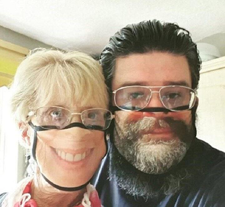 Yeni Normal Kendi yüzlerinin fotoğraflarını maskeye bastırıyorlar