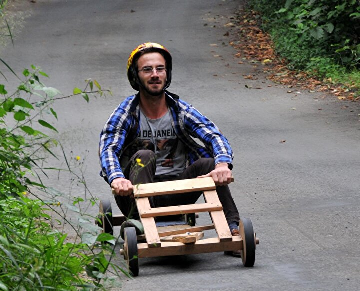 Ancak köyde bayram eğlencesi olarak bilinen tahta araba geleneği yaşatılmaya devam ediyor.