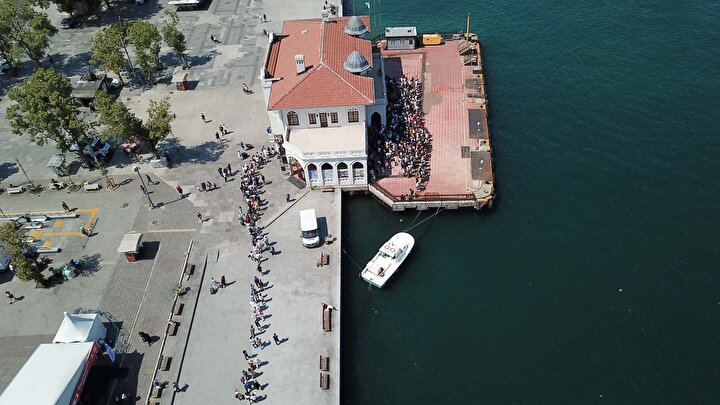 KURBAN Bayramını İstanbulda geçirenler  sabahın erken saatlerinde, güzel havayı da fırsat bilerek Adalara  gitmek için Kadıköy'deki iskeleye geldi.