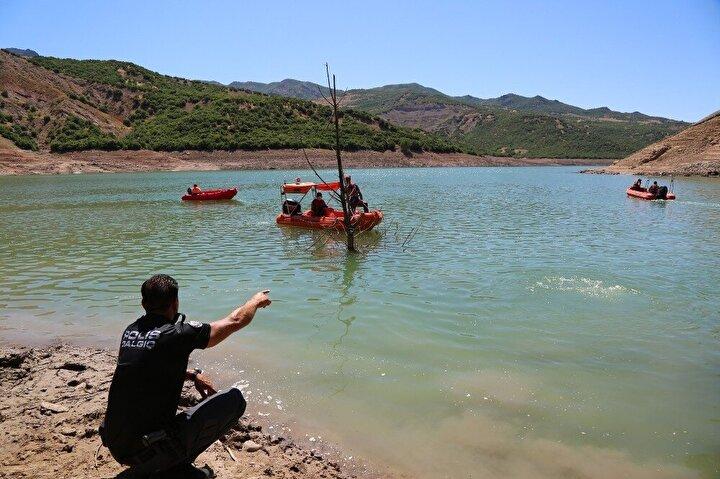 Baraj gölünde AFAD Başkanlığı koordinesinde Jandarma Genel Komutanlığı, Emniyet Genel Müdürlüğü, Deniz Kuvvetleri Komutanlığı ve AFAD İl Müdürlüklerinden oluşan 68 sualtı ve su üstü personeli tarafından, sualtı arama cihazları da kullanılarak yaklaşık 3 kilometrelik alanda eşzamanlı su altı arama çalışmalarına başlandı.
