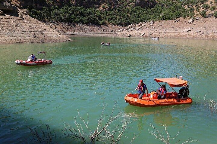 """5 Ocak tarihinden itibaren Gülistan Doku'yu bulmak için arazide, su içinde, kara, deniz ve hava araçları kullanılarak çalışma gerçekleştirildiğini belirten Vali Mehmet Ali Özkan, """"6 ay devam eden sualtı çalışmalarından netice alınamaması üzerine 6 Temmuz 2020 tarihinde sualtı arama çalışmaları sonlandırılmış olup, yüzey ve kıyı taramasına kesintisiz devam edilmiştir. Ailenin talebi üzerine Uzunçayır Baraj Gölü'nden su tahliyesi için 16 gün boyunca 3 ünitenin 24 saat aralıksız çalıştı."""
