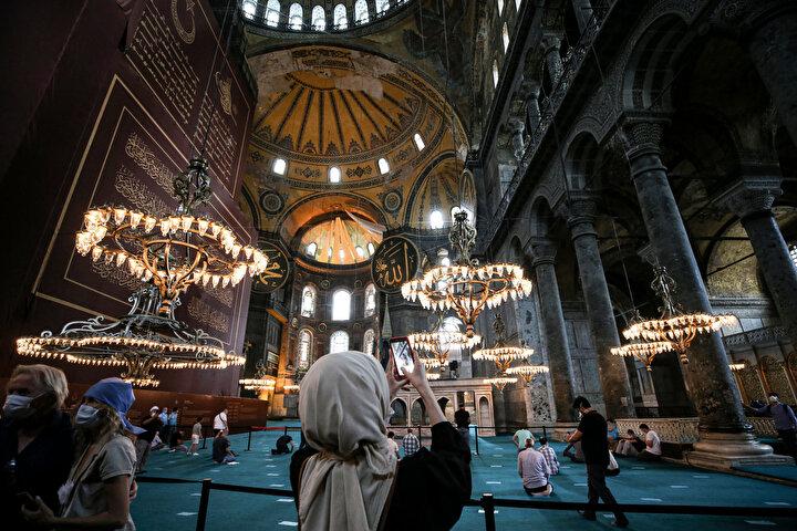 Namaz sonrasında yerli ve yabancı turistler güvenlik kontrollerinden geçerek sırayla camiye alındı.
