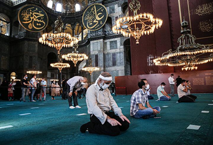 Tarihi camiyi görmek isteyenler, öğle namazı öncesi polis kontrolünden geçerek camiye alınırken, güvenlik görevlileri vatandaşları sosyal mesafeye uymaları ve maske takmaları konusunda uyarıyor.