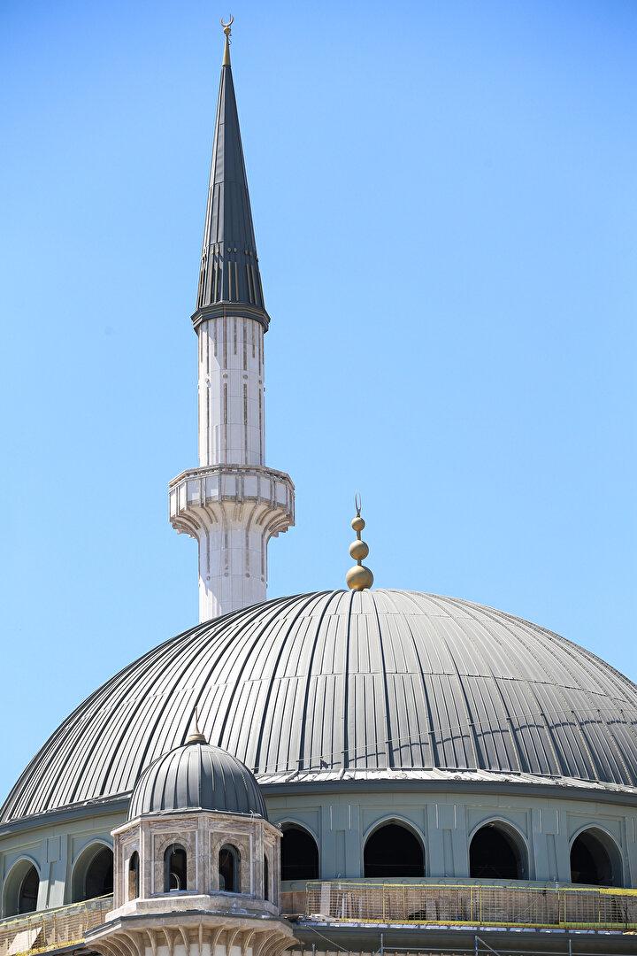 Öte yandan 61 metre yüksekliğindeki 2 minarede çalışmalar tamamlanıyor. Minarelerde bulunan 4 şerefenin 2si tamamlandı. Şerefelerin tamamlanmasının ardından minarelere kurulan iskele de sökülecek.