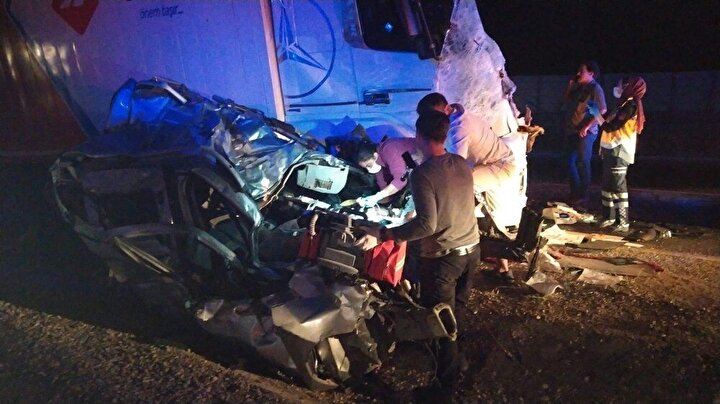 Kamyonun sürücüsü Bülent Coşkun ise ağır yaralı olarak sıkıştığı aracın içerisinden Gürün Belediyesi İtfaiyesi ve Pınarbaşı Belediyesi itfaiyesi ekiplerinin 1 saatlik mücadelesi sonrası çıkartılabildi.