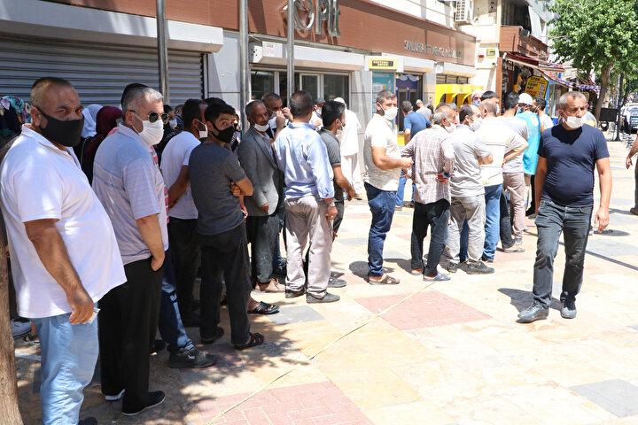 Şanlıurfa İl Sağlık Müdürü Doç. Dr. Emre Erkuş, vatandaşlar arasında yaygın olan, sıcak havanın virüsün bulaşmasını azalttığı yönündeki düşüncesinin yanlış olduğunu vurgulayarak, şöyle konuştu: