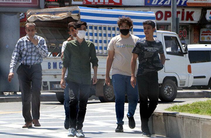 Koronavirüs salgınında pozitif vaka sayısının arttığı Şanlıurfa'da, tüm uyarılar ve alınan önlemlere rağmen vatandaşlar maske kullanma zorunluluğu ile sosyal mesafe kuralına uymuyor.