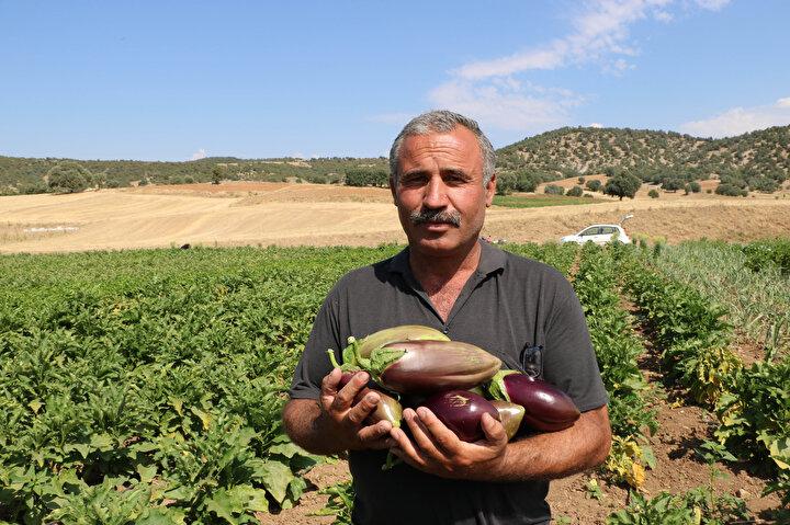 BAŞKA KÖYLER GÜRELİ DİYE PATLICAN SATIYOR, İMAJIMIZ BOZULUYORGüre köyünün 250 yıllık tarihe sahip olduğunu söyleyen Muhtar Yaşar Bodur, Patlıcanımızın tohumu ata tohumu ve organik olarak yetişir. Tohumunu da patlıcanı da kendimiz yetiştiririz. Bu patlıcanın Afyonkarahisarın Sandıklı ve Hocalar ilçeleri pazarında ve köylerinde satıyoruz. Sulama da Yavaşlar, Devlethan barajından faydalanıyoruz. Bu da saha dışı oluyor. Saha dışının sulama bedeli iki kat. Sandıklı Afyonun büyük ilçelerindendir. Orada organik ürünlerin satış yapıldığı yer ayrılmalı ve araya başka köylerin girmesi engellenirse daha iyi olacaktır. Güreli diye bazı köyler patlıcan satıyorlar o da bizim patlıcanımızın imajını bozuyor. Duyuyoruz ki; Tarım Kredi Kooperatifleri patates alıyorlarmış. Bizim patlıcanımızı da alabilirler. Kurusunu da alabilirler. Biz kuruturuz da. Tarım Kredilerin geniş bir ağı var. Marketlerinde satabilirler dedi.