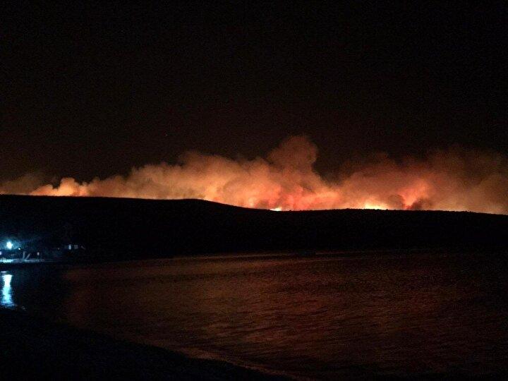 Yangın sebebiyle bölgeye çok sayıda ekip sevk edilirken, ihbar üzerine bölgeye Orman Genel Müdürlüğüne bağlı 30 arazöz ve 8 dozer müdahale etti.