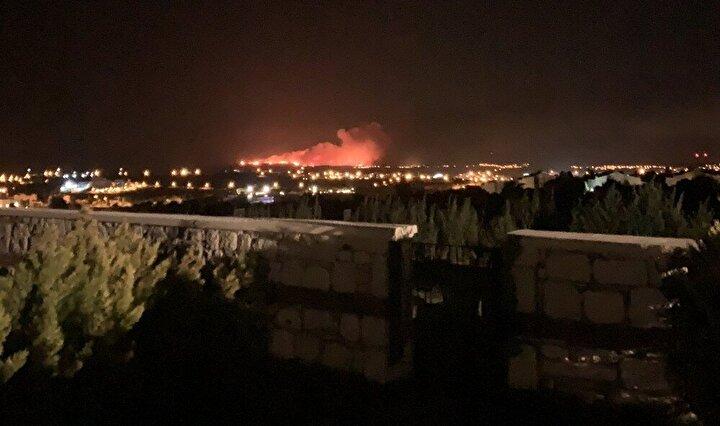Yangının gece saatlerinde çıkması havadan müdahaleyi mümkün kılmazken, karadan yapılan müdahalelerle yangın kontrol altına alınmaya çalışılıyor.