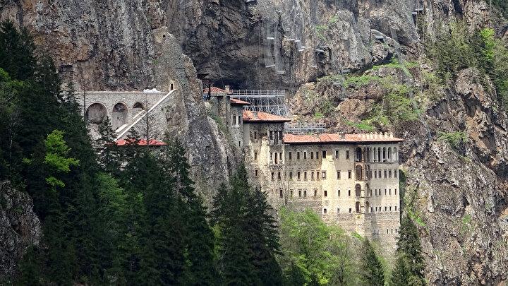 Türkiyenin önemli inanç turizmi merkezlerinden Sümela Manastırında, Şubat 2016da başlayan restorasyon, çevre düzenlemesi, kayalıkların jeolojik ve jeoteknik bakımdan araştırılması ve güçlendirilmesi çalışmaları tamamlandı. Kaya düşme riskine karşı Eylül 2015te ziyarete kapatılan tarihi manastırın avluya kadar olan bölümü, çevresinde gerçekleştirilen projelerin birinci etabının tamamlanması ile 25 Mayıs 2019da ziyarete açıldı. Bölge turizmine büyük katkı sunan tarihi mekan, Kültür ve Turizm Bakanı Mehmet Nuri Ersoy'un katılımı ve Cumhurbaşkanı Recep Tayyip Erdoğan'ın telekonferans bağlantısıyla ziyarete açıldı. Sosyal mesafe ve maske kuralı ile hijyenin ön planda tutulduğu manastır, ateş ölçümü yapıldıktan sonra gruplar halinde ziyaretçilerini ağırlıyor.