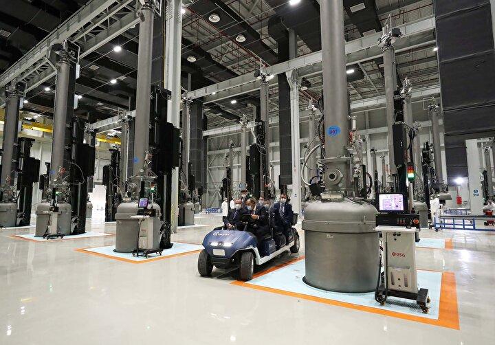 Cumhurbaşkanı Erdoğan, tören öncesi beraberindeki heyet ile fabrika içinde incelemelerde bulundu.