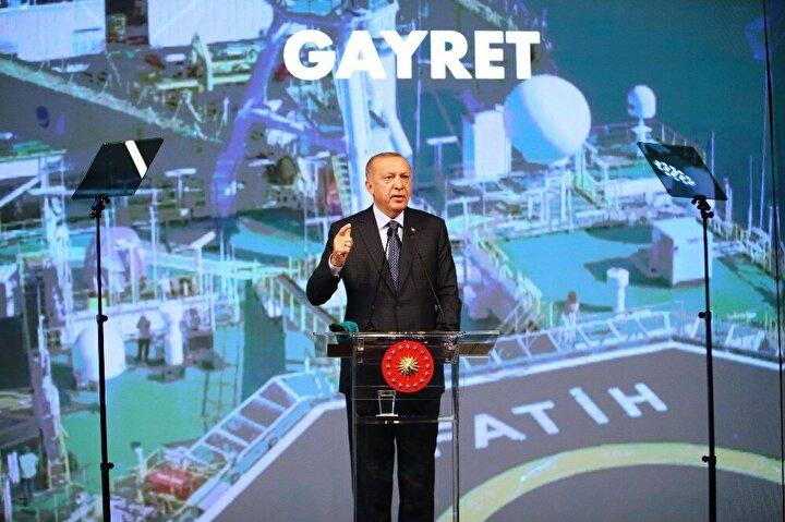Erdoğan, Salgın döneminde bir çok firmamız kısıtlı Pazar payısın olduğu ülkelere açılma fırsatı buldu. İnşallah dünya genelinde salgının etkileri azalıp taşlar yerli yerine oturdukça Türkiyenin yakaladığı ivmenin hızı artacaktır. Her alanda kovid19 sürecinden ülkemiz güçlenerek çıkacaktır. Birileri istemese de biz 3 kıtanın merkezi olan Türkiyeyi teknolojinin üssü yapmakta kararlıyız şeklinde konuştu.
