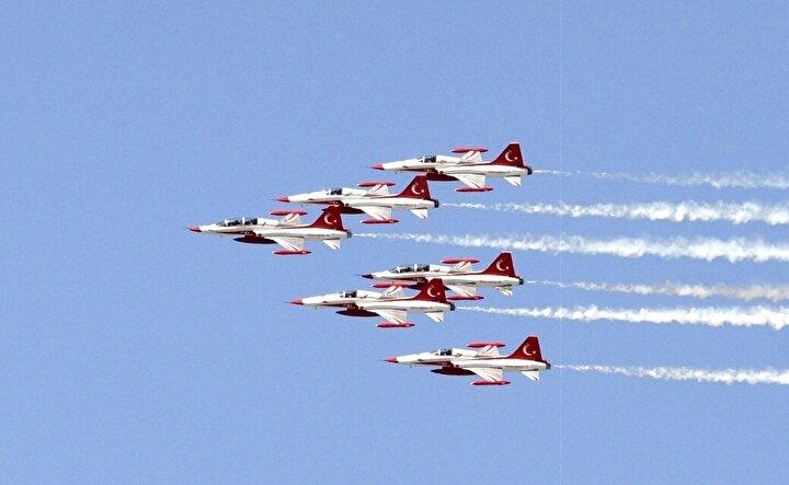 Büyük Taarruzun 98. yılı etkinlikleri kapsamında Türk Hava Kuvvetlerinin akrobasi timi Türk Yıldızları, Afyonkarahisarda gösteri uçuşu gerçekleştirdi.