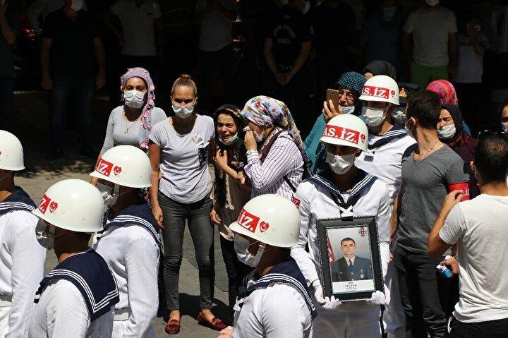 Burada askerlerin omzunda şehidin Türk bayrağına sarılı tabutu cami avlusuna götürülürken, yakınları gözyaşlarına boğuldu.