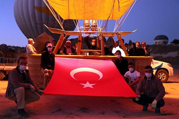 Sahip olduğu yeryüzü şekilleri dolayısıyla dünyada turizme yönelik sıcak hava balonculuğunun yoğun olarak yapıldığı bölgeler arasında yer alan Kapadokya bölgesinde bu sabah havalanan çok sayıda balonun sepetine 30 Ağustos Zafer Bayramı dolayısıyla Türk bayrağı ve Atatürk posteri asıldı.