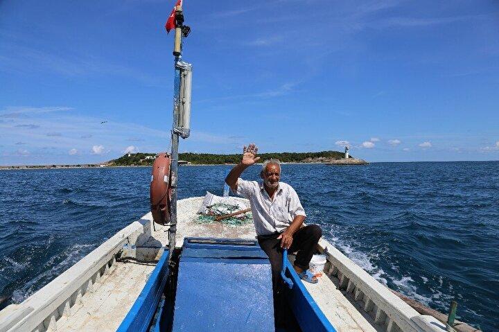 """""""Adaya ilk geldiğimizde ben bir yaşındaydımBir yaşından beri yaşadığı adada çok mutlu olduklarını ifade eden Mustafa Işık, """"Babam fenerciydi. Onun görevinden dolayı biz de burada kaldık. O günden bu yana biz burada yaşıyoruz, ilk geldiğimizde ben 1 yaşındaydım. Balıkçılık yapıyorum, bahçemiz var. Yazın buradayız. Sezon kapandığında Cebeciye gidiyoruz, orada kalıyoruz. Balıkçılık yaptığım için dinç kalıyorum. Benim yaşıtlarım yolda zor yürüyor. Ben genç durmamı ona borçluyum, herkes de öyle söylüyor. Burası dışarıya göre daha iyi. Mesela, yazın Cebeciye gittiğimizde çok sıcak, ama burası daha havadar. Virüs nedeniyle de burası daha güvenli dedi."""