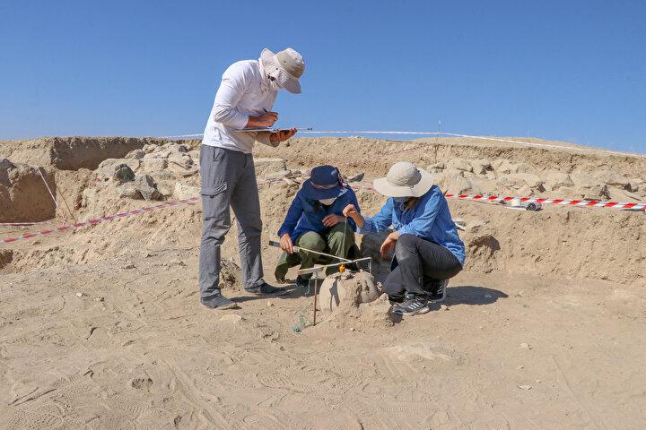 Çoğunluğu kum taşlarından oluşturulmuş 50 metrekarelik alanda yapılan çalışmalarda daha önce dört farklı mezar mimarisiyle karşılaşan ekip, Urartularda yeni bir ölü gömme geleneğiyle karşılaştı.