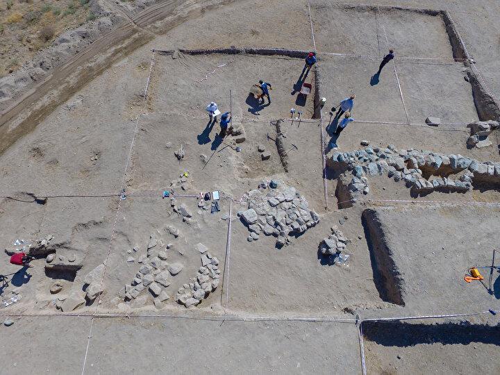 Urartu Kralı II. Sarduri tarafından yaptırılan Çavuştepe Kalesi ve kuzey kısmındaki nekropol alanında yürütülen kazı çalışmaları devam ediyor.