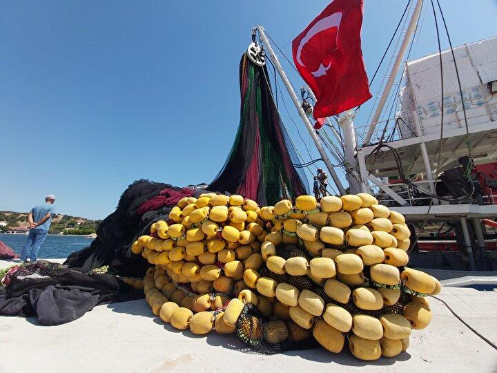"""Kemer Köyü Su Ürünleri Kooperatifi Başkanı Mustafa Çiftçi ise iyi av yılı olacağını tahmin ettiklerini söyleyerek, """"Bütün sahilleri takip ediyoruz. Palamut, hamsi ve istavrit bol olacak. İşte bugünlerde palamut balığı gitmeye başladı. Bir hafta 10 gündür aldı başını Çanakkaleden dışarıya çıktı gidiyor. Bu nedenle 15 Ağustosta av sezonu başlasın istedik. Palamut balığı havyarını dökmüş, büyütmüş gidiyor. 15 Nisanda başlayıp 1 Eylüle kadar devam eden 4,5 aylık genel bir av yasağımız var. Av yasağının başlangıcını 1 Nisana çekelim, sezon da 15 Ağustosta başlasın, dedik ama dinletemedik"""" dedi."""